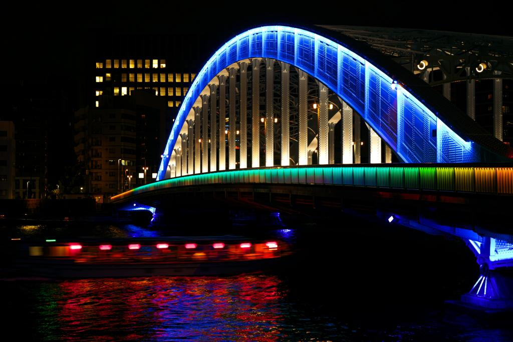 Light-up of Eitai Bridge that various ships come and go