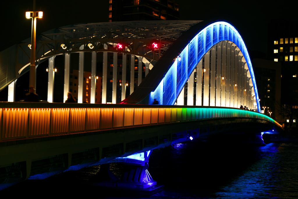 It is light-up of Eitai Bridge in tourist attraction where Tokyo is new by scene lighting up night Sumida River beautifully