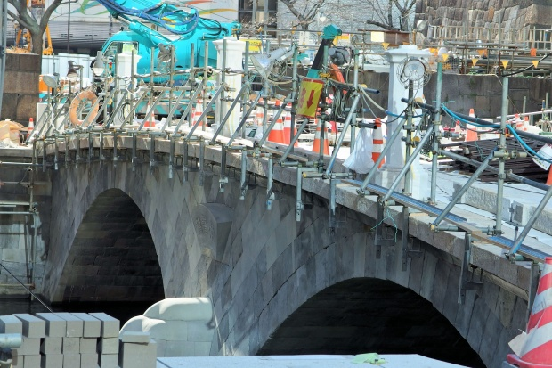 Feel Meiji during setting of main pillar by construction of Tokiwa Bridge; Bank of Japan and Tokiwa Bridge