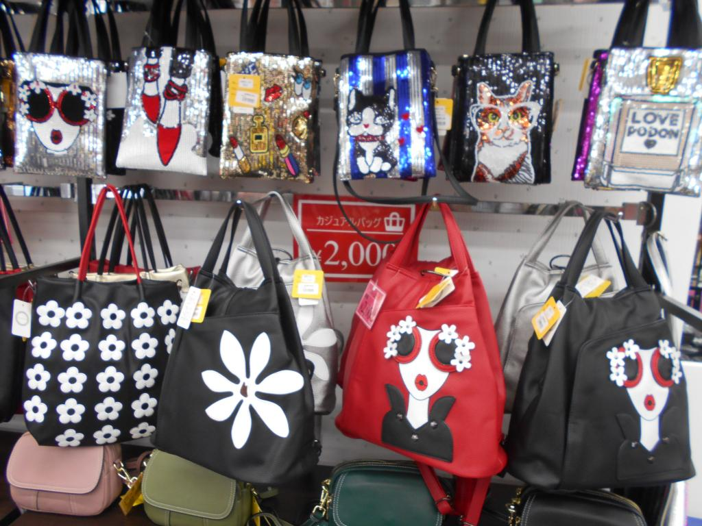 There is wholesale district of bag Yokoyamacho that is very popular with granddaughters in shop retailing