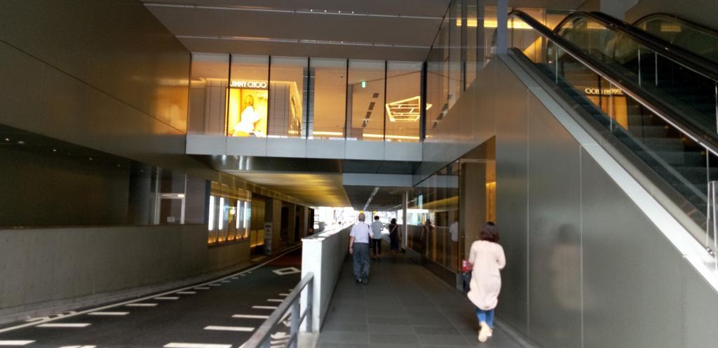 """按照在南北建成通道的用地裡面的過道""""azuma""""GINZA SIX的魅力(3)建築物裡在胡同,東西方、南北穿過的過道"""