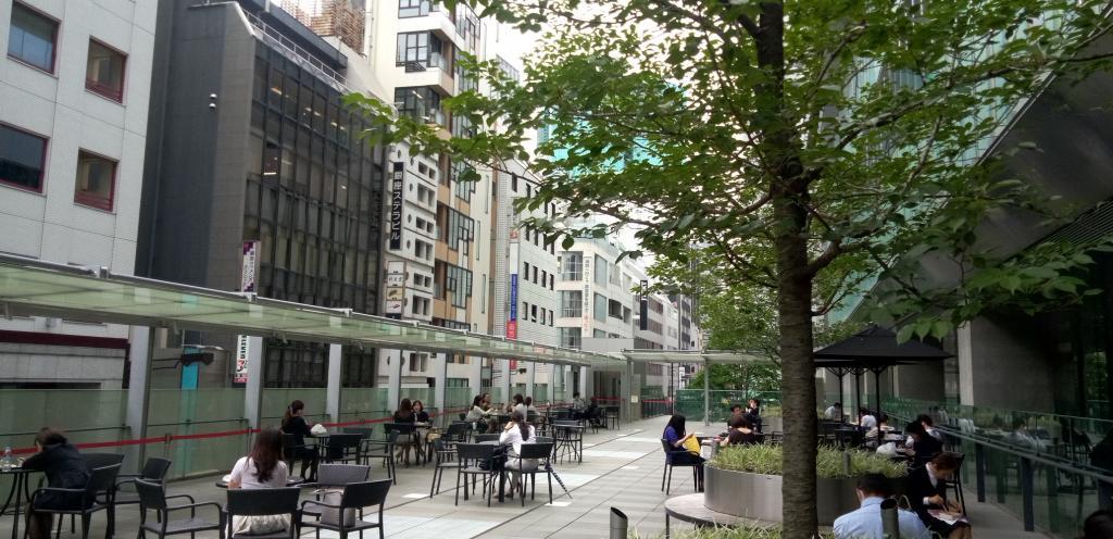 鬆了一口氣的能歇一口氣的休息空間充實GINZA SIX的魅力(3)建築物裡在胡同,東西方、南北穿過的過道