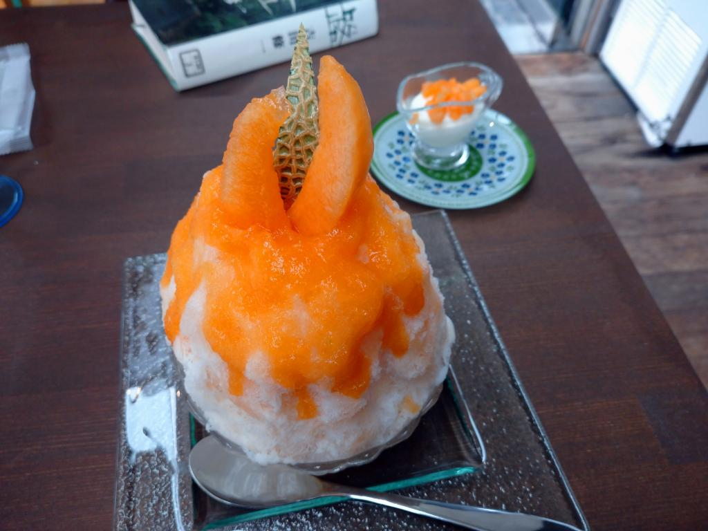 "Deluxe snow cone with full of fruit! Wonderful oyster ice man ""beauty ice nerono bell"" before Suitengu Shrine"