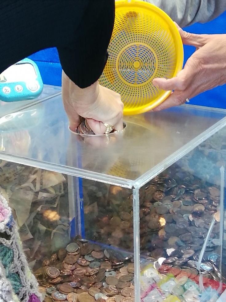 "The third class ""coin tsukamidori"" which appeared promptly ... cash tsukamidori   ... Ningyocho mall cooperative ..."